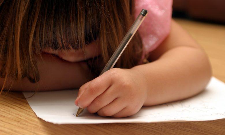 طفلي سيكتب بيده اليمنى أم اليسرى