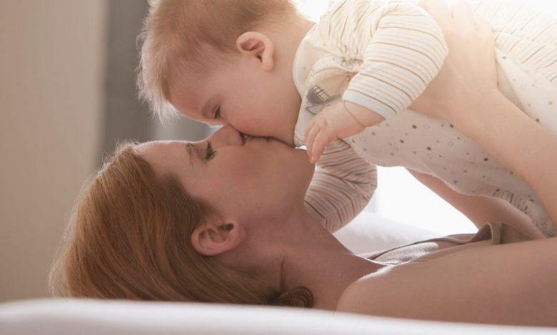 تقبيل الطفل من فمه