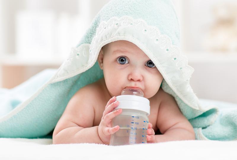 متى يشرب الطفل الرضيع الماء؟