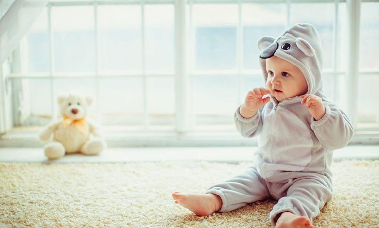 كيف أساعد طفلي الرضيع على الجلوس؟