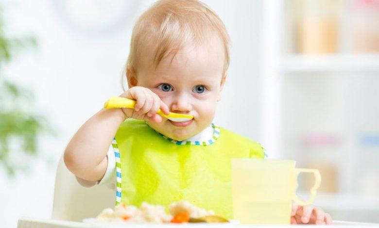 متى أجعل طفلي يتناول الطعام بنفسه