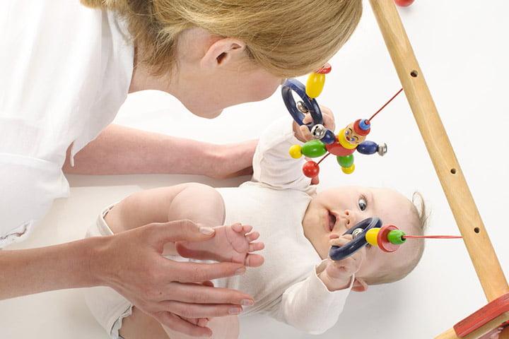 ألعاب الطفل في أول شهر من عمره