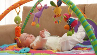 ألعاب الطفل في ثاني شهر من عمره