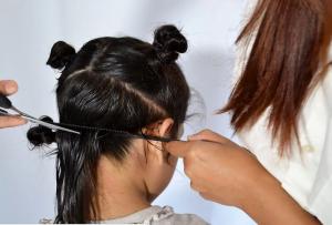 طريقة قص شعر الأطفال