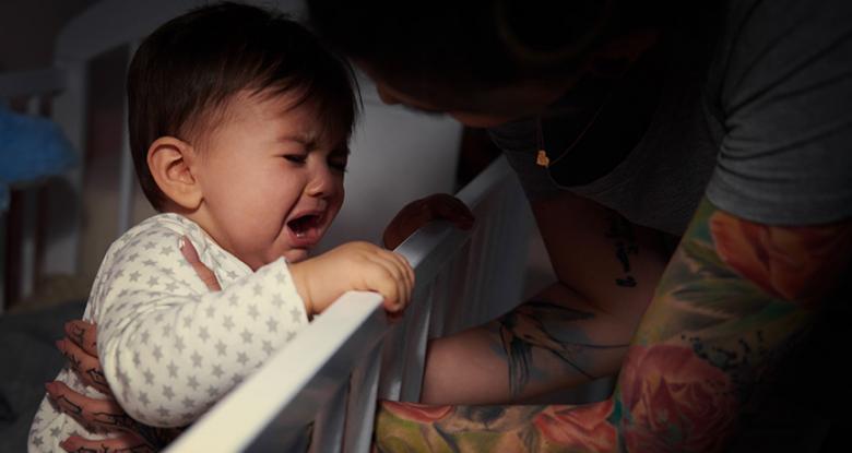 نوم الطفل مع الوالدين