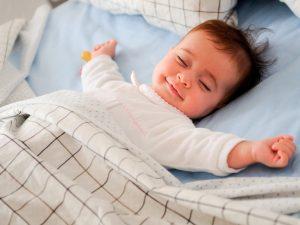 نوم الطفل في سريره أو في غرفة منفصلة