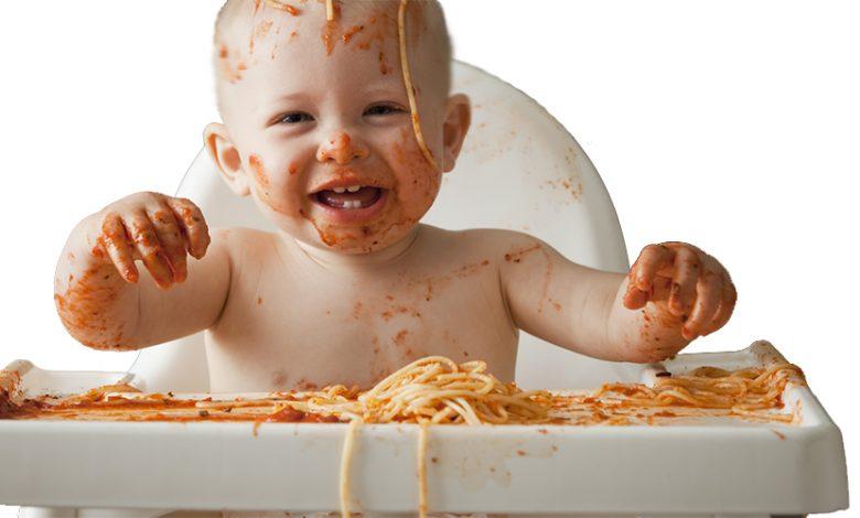 لعب الطفل بالطعام