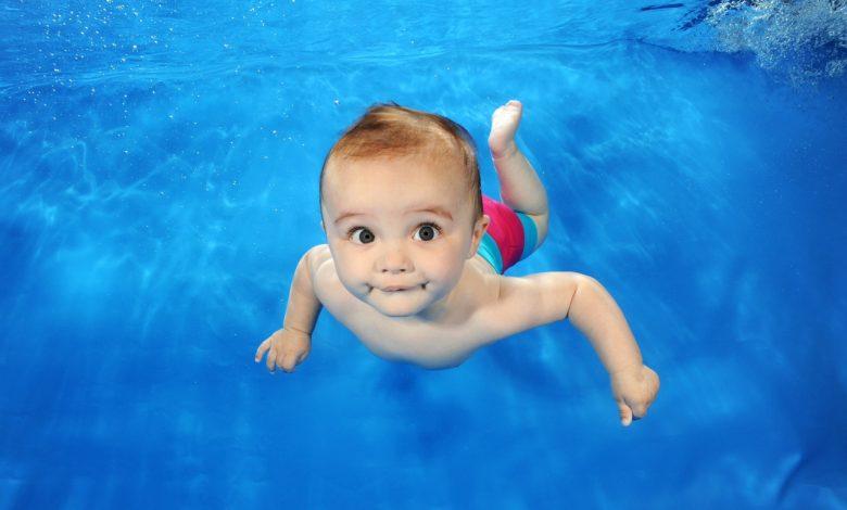 أهمية السباحة للطفل الرضيع