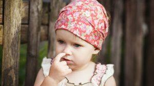 علاج العبث بالأنف عند الأطفال