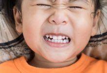 جز الطفل على أسنانه أثناء النوم